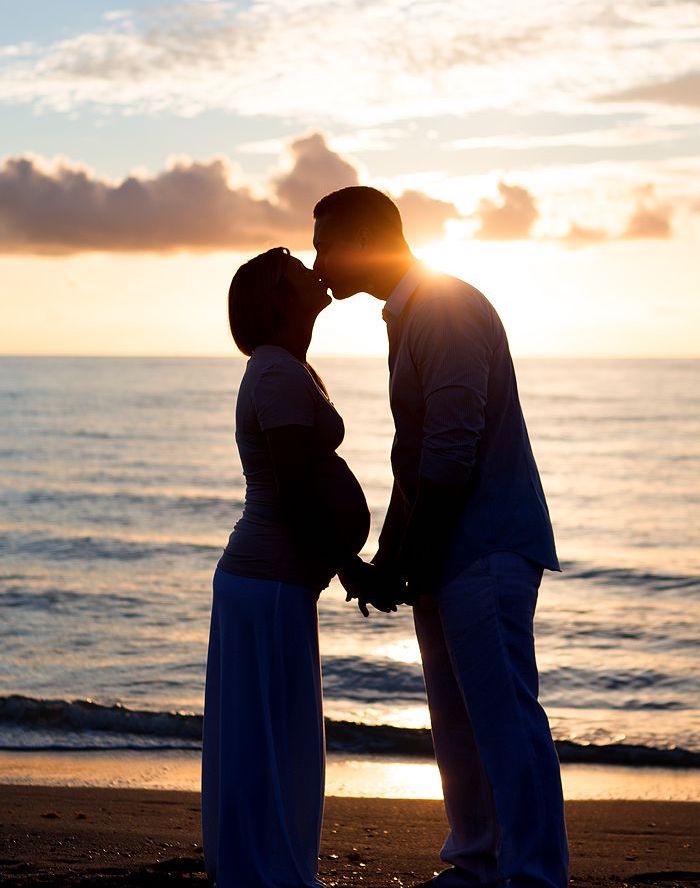 photo couple femme enceinte sur plage couché de soleil