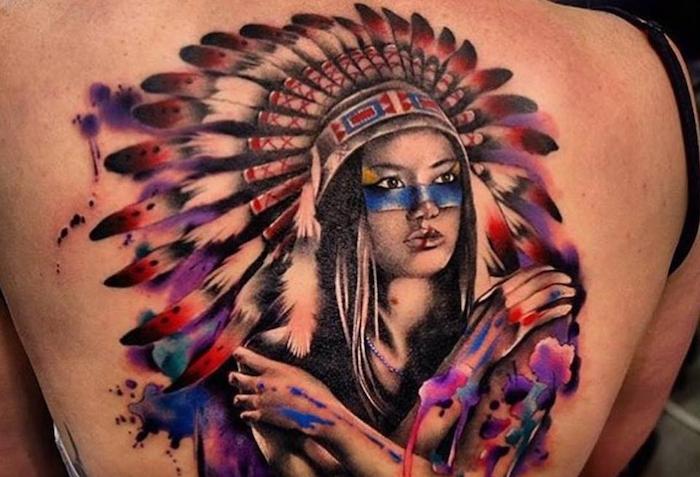 idée tatouage femme, art corporel à design indien, tatouage en couleurs sur le dos avec visage femme indienne en aquarelle