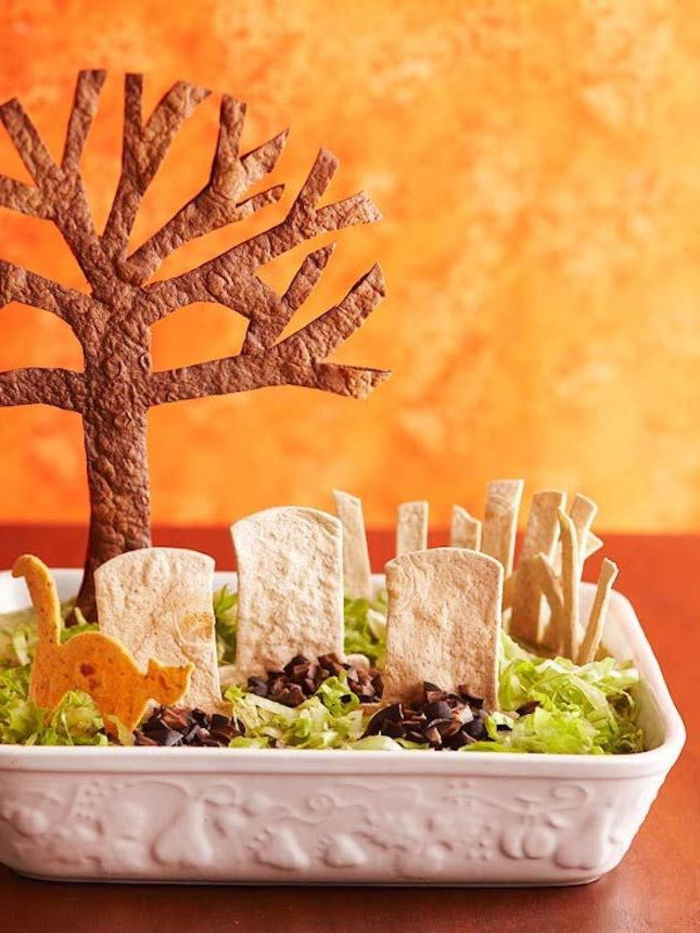 une recette halloween originale de trempette à taco à la mexicaine décorée comme cimetière, idée apéro dinatoire original facile