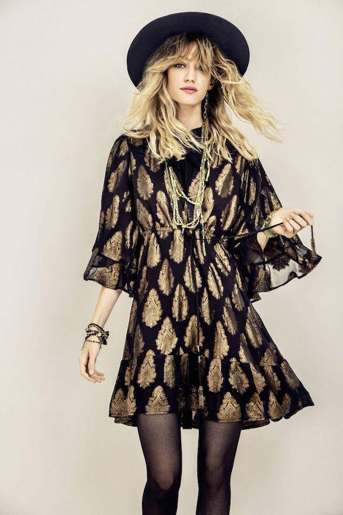 tenue boheme chic, robe mi longue en noir et or, balayage blond sur cheveux longs avec frange