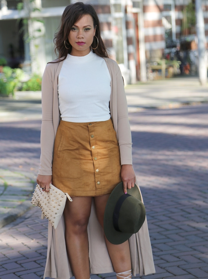 comment bien s habiller femme, jupe camel avec boutons et top blanc, gilet long beige et capeline verte