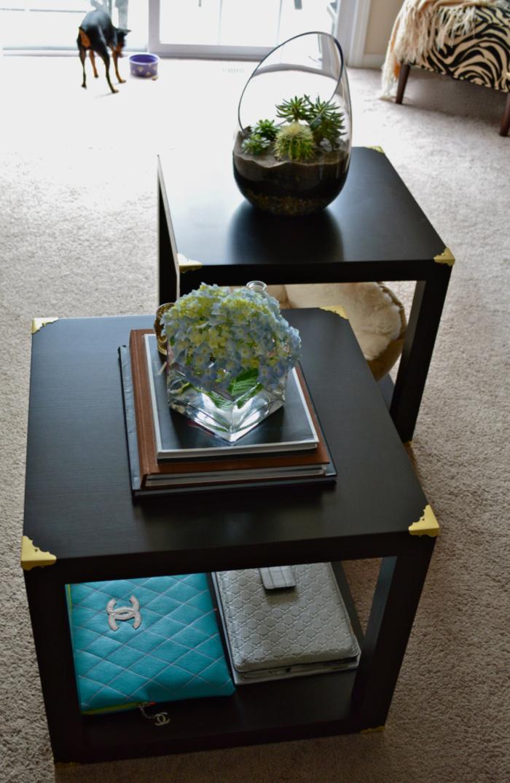comment customiser un meuble, des équerres d'angle en laiton décoratives pour customiser une table cube noire