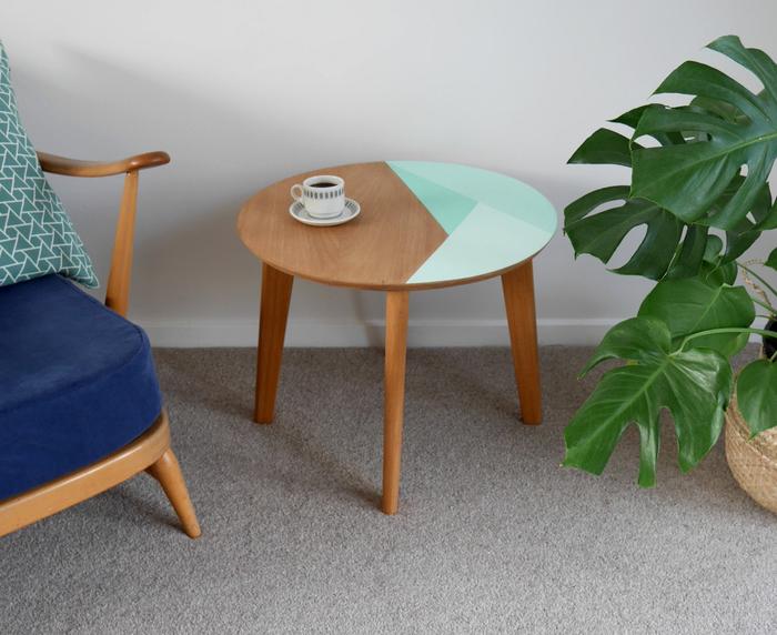 idée pour un relooking meuble de style scandinave, table basse de style mi-siècle relookée par des motifs géométriques en menthe à l'eau