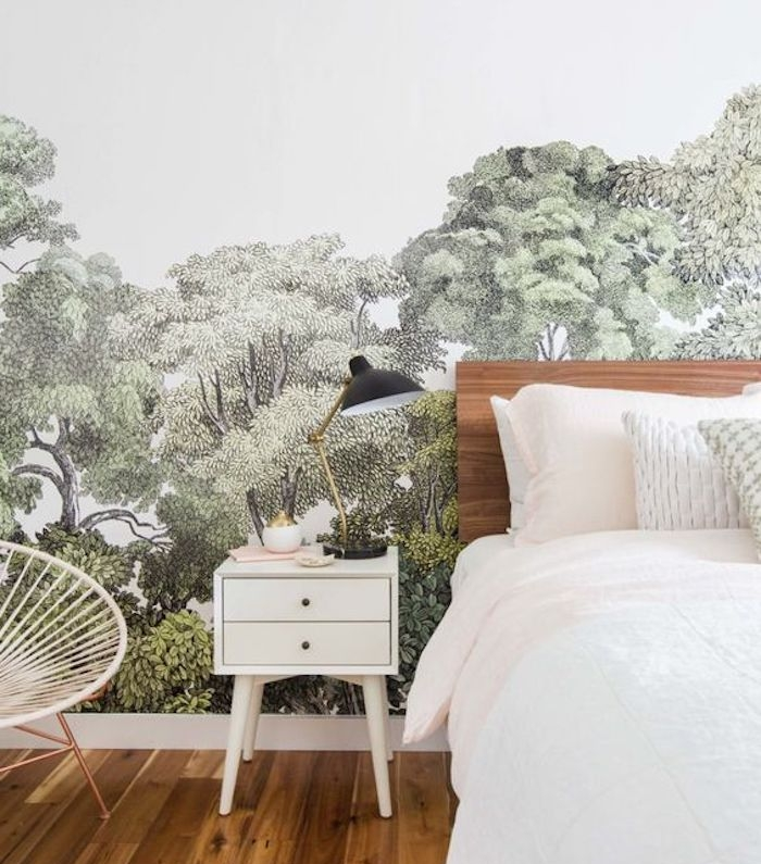 revetement mural inspiration grennery, paysage vert sur un fond blanc, parquet clair, lit bois et linge de lit blanc, chaise metallique
