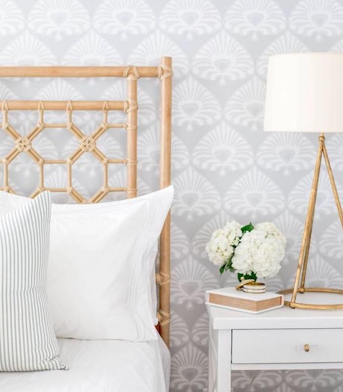 tapisserie chambre, motif floraux gris et blanc, lit bois, linge blanc et table de nuit blanche, bouquet de fleurs, lampe sur pied blanche