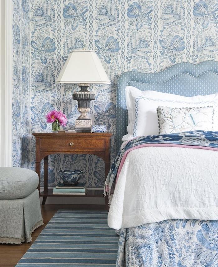idée de papier peint chambre adulte, tapisserie murale blanc et bleu, linge de lit couleur blanche et bleue, deco bord de mer, table de nuit bois, lampe de chevet vintage