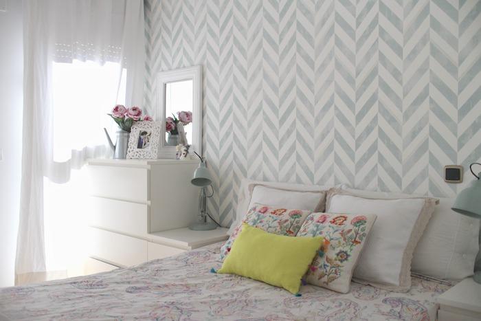 tapisserie murale gris et blanc, linge de lit et coussins coloré, commode blanche, bouquet de fleurs, deco chambre adulte