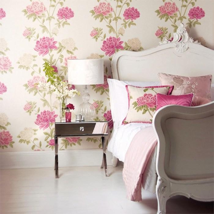 revtement mural shabby, fond beige agrémenté de fleurs rose, lit baroque blanc, linge de lit rose et blanc