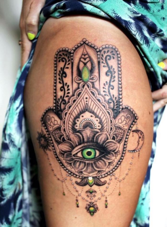 tatouage tour de cuisse femme tattoo main de fatma sur la jambe