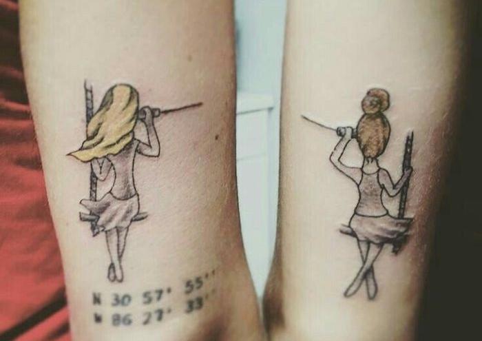 femme tatoué, dessins en couleurs sur la peau, tatouage fille blonde et fille brun meilleures amies