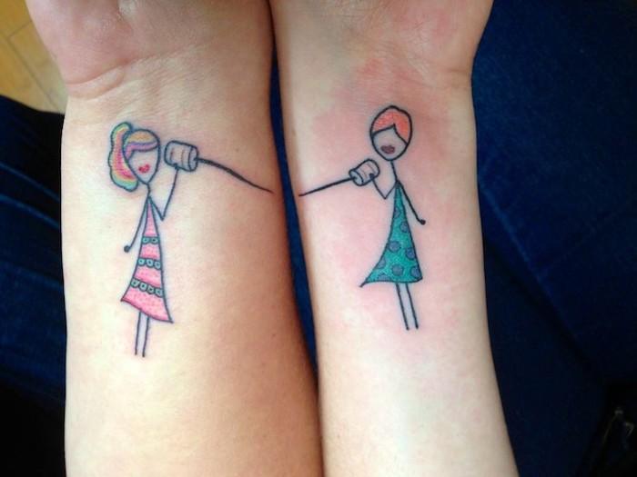 tatouage commun meilleure amie sur les mains, tatouages en couleurs à design filles avec téléphones