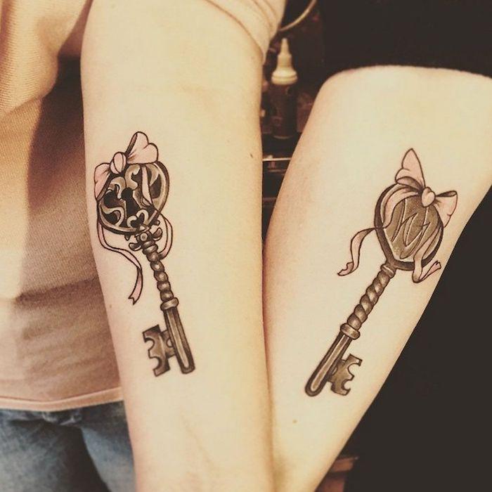 tatouage commun meilleure amie, art corporel en encre sur les bras à design clé avec ruban rose