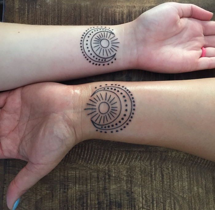 tatouage commun sur les mains, idée tatouages pour femme, dessin en encre à design soleil et lune
