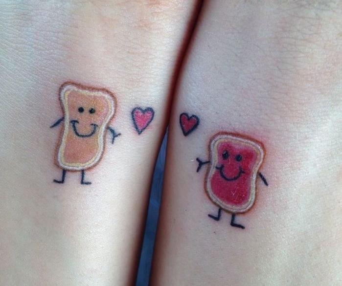 petit tatouage femme, dessin en couleurs sur les poignets, art corporel à partager entre filles amies