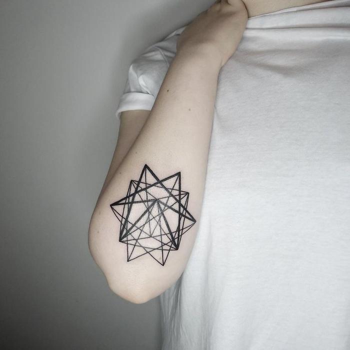 un tatouage simple et esthétique représentant une étoile aux nombreuses lignes entremêlées