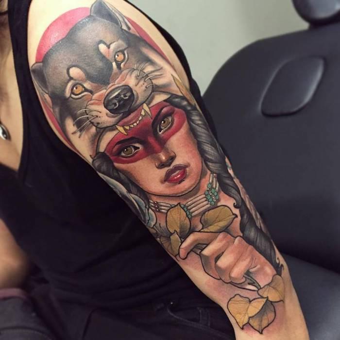 tatouage femme loup, dessin de femme aux cheveux longs et noir tressés, tattoo à design animal