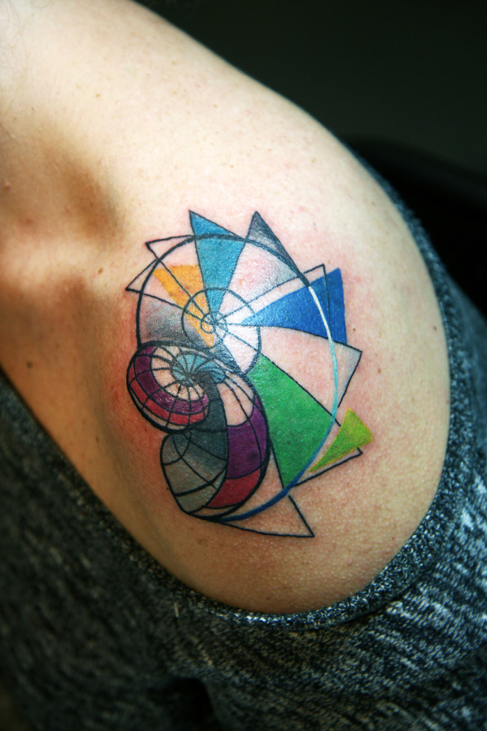 les plus jolis tatouages femme, une spirale géométrique semi-colorée sur l'épaule