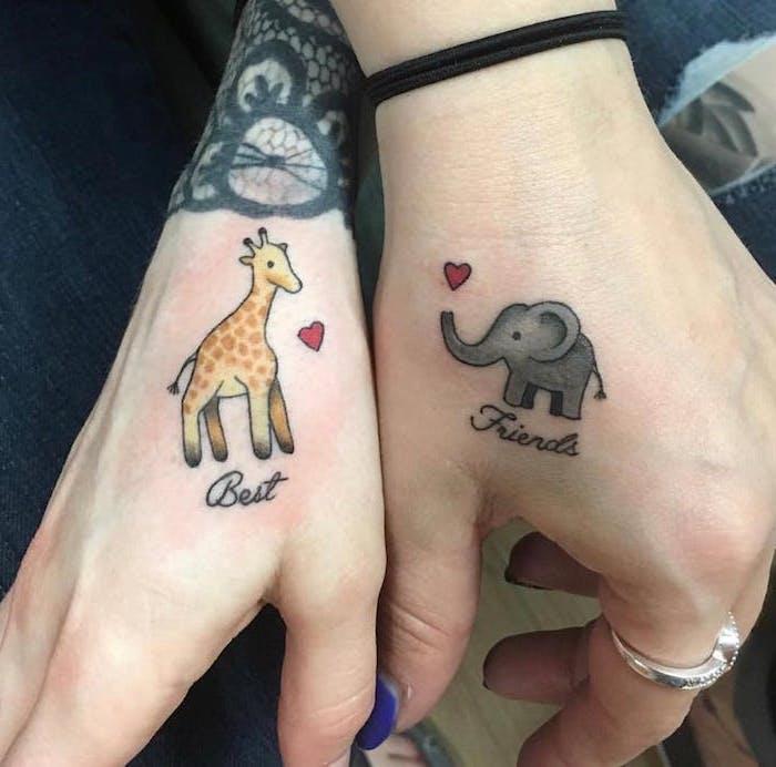petit tatouage femme, dessin en couleurs sur les mains à design animaux meilleures amies