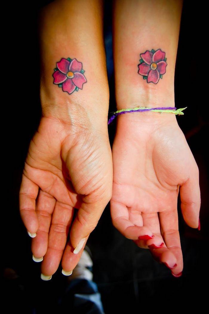 tatouage inseparable, dessin en couleurs sur les poignets, petites fleurs rose sur les poignets