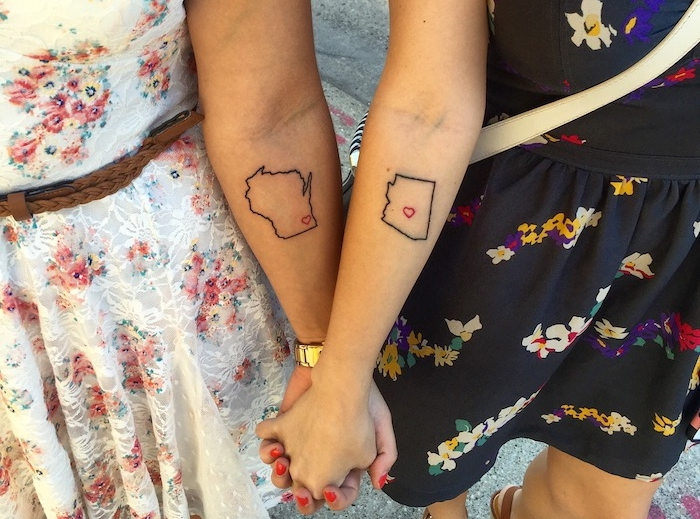 tatouage amitié, filles aux robes blanche et noir avec motifs floraux multicolore, idée tatouage symbolique d'amitié