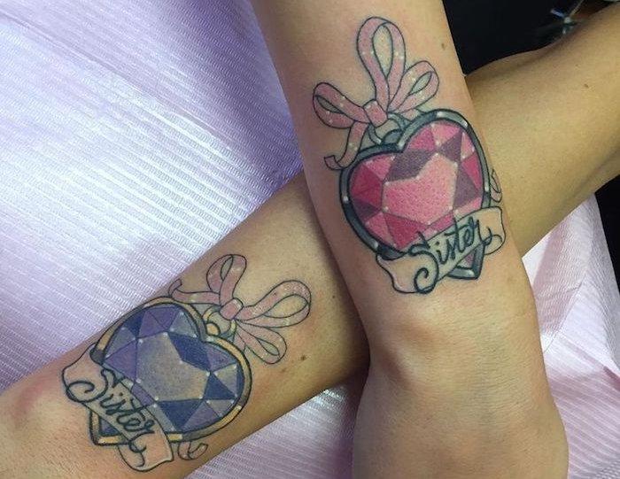 tatouage meilleure amie, dessin en couleurs sur les mains à design coeur diamant en rose et violet