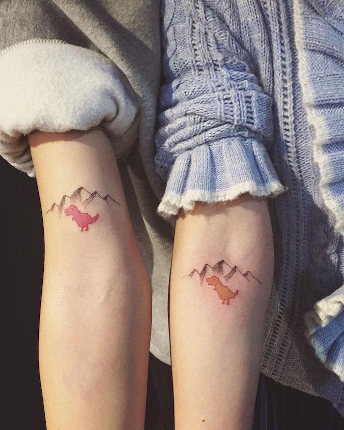 petit tatouage femme, dessin en couleurs sur les bras, idée tatouage meilleures amies avec petits animaux