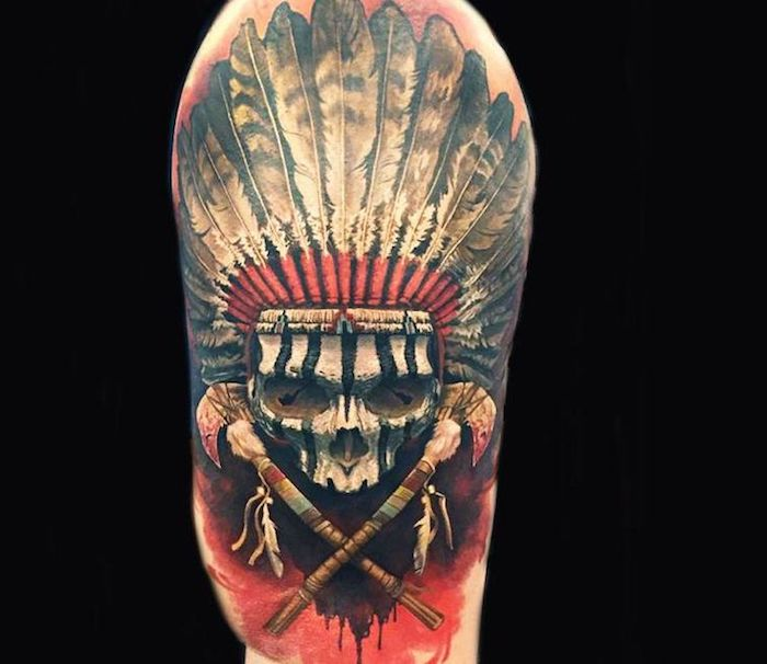 idée tatouage homme, dessin en encre sur bras ou jambe, tatouage crâne avec couronne indienne à plume blanc et noir