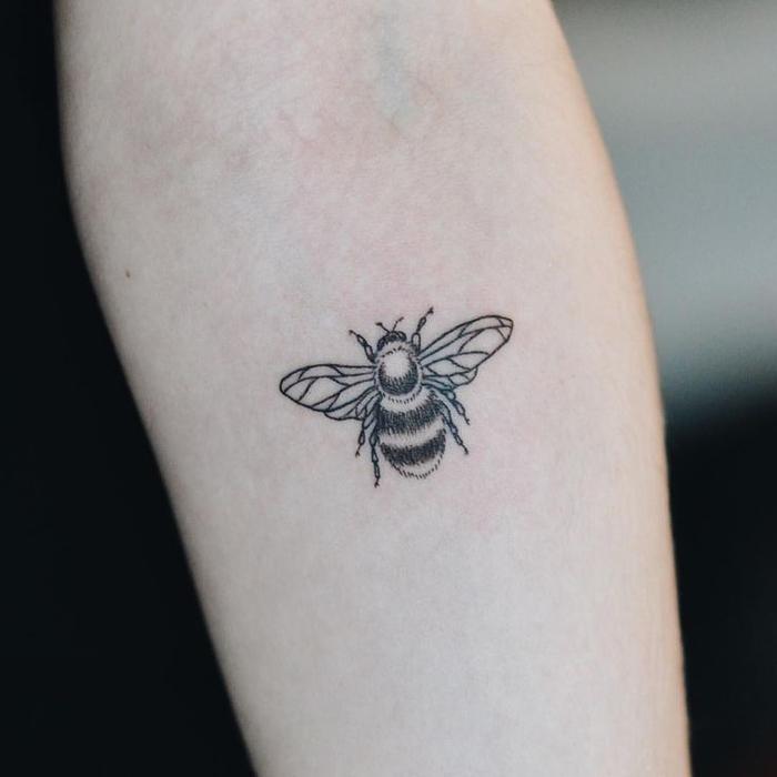 un tatouage simple et minimaliste abeilles aux ailes géométriques