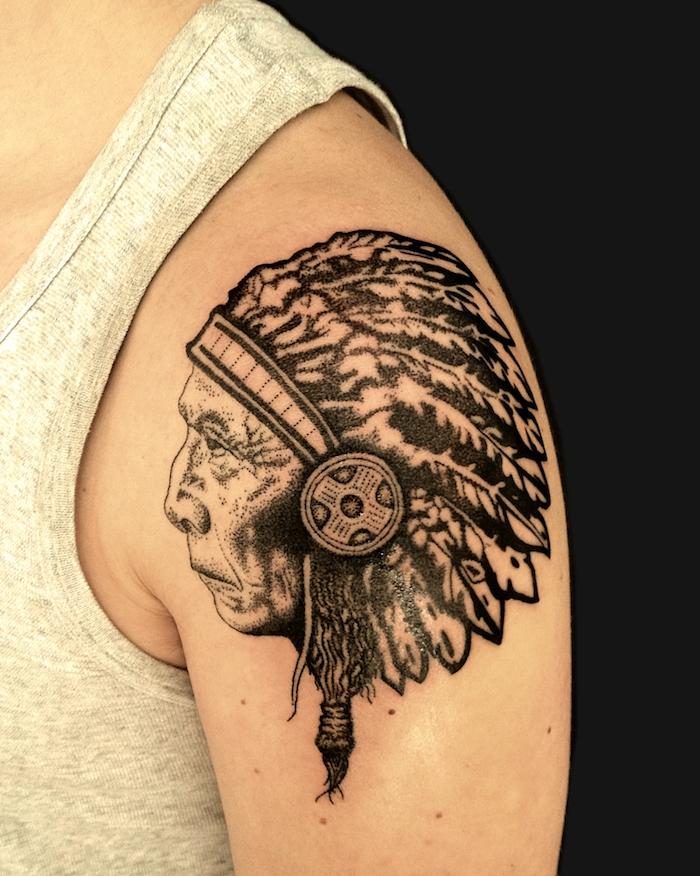 idée tatouage homme, dessin en encre sur épaule, tatouage design masculin à motifs indiens