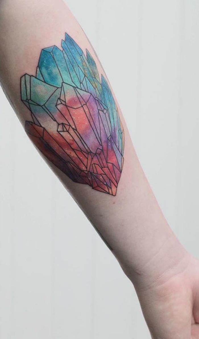jolie forme géométrique représentant un cristal à nombreuses facettes colorées à l'aquarelle