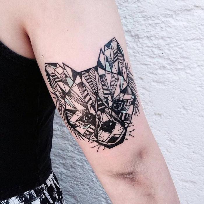 un tatouage bras femme d'une grande complexité et délicatesse qui joue sur les formes géométriques répétitives