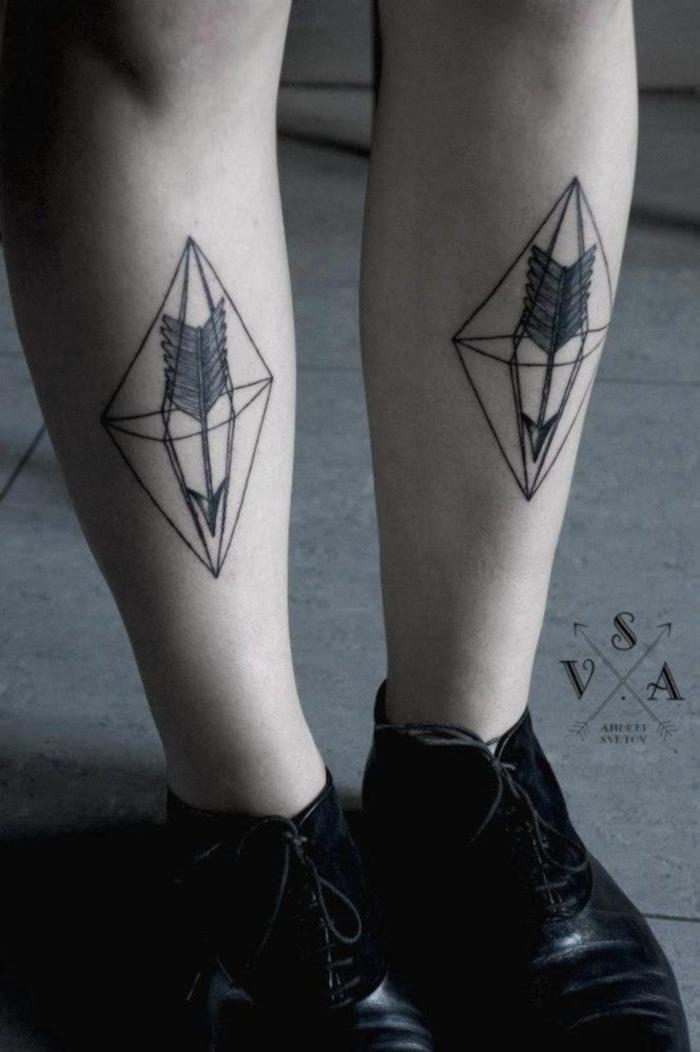 les plus jolis tatouages femme, des tatouages géométriques symétriques représentant une flèche à l'intérieur d'un diamant