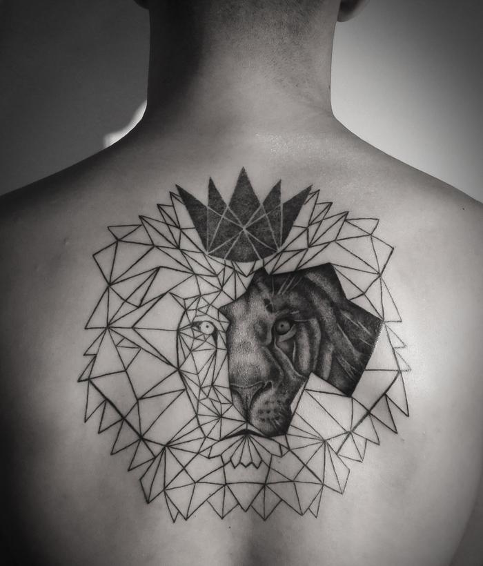 un tatouage graphique original représentant un lion géométrique et sa couronne