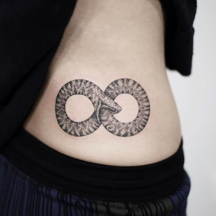 le symbole de l'infini et de la continuité de la vie en tatouage cercle double