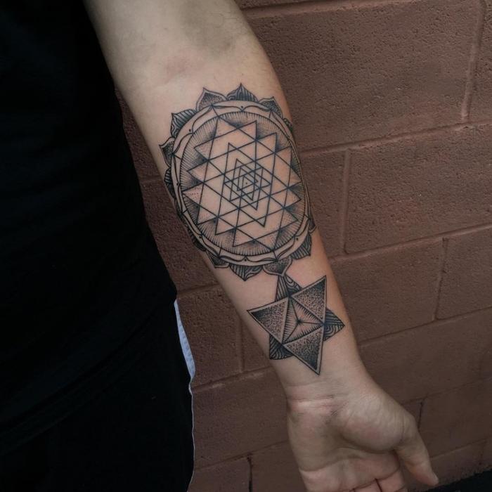 un tatouage geometrique profondément symboliques de l'univers représentant des triangles entralacés