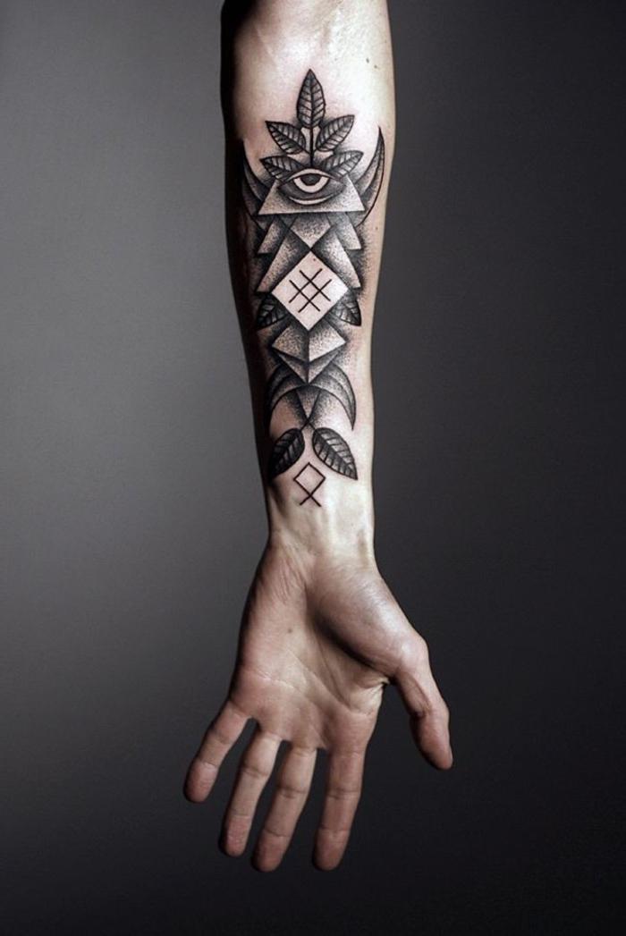 un tatouage homme bras au design vertical réalisé en pointillé, d'un profond symbolisme