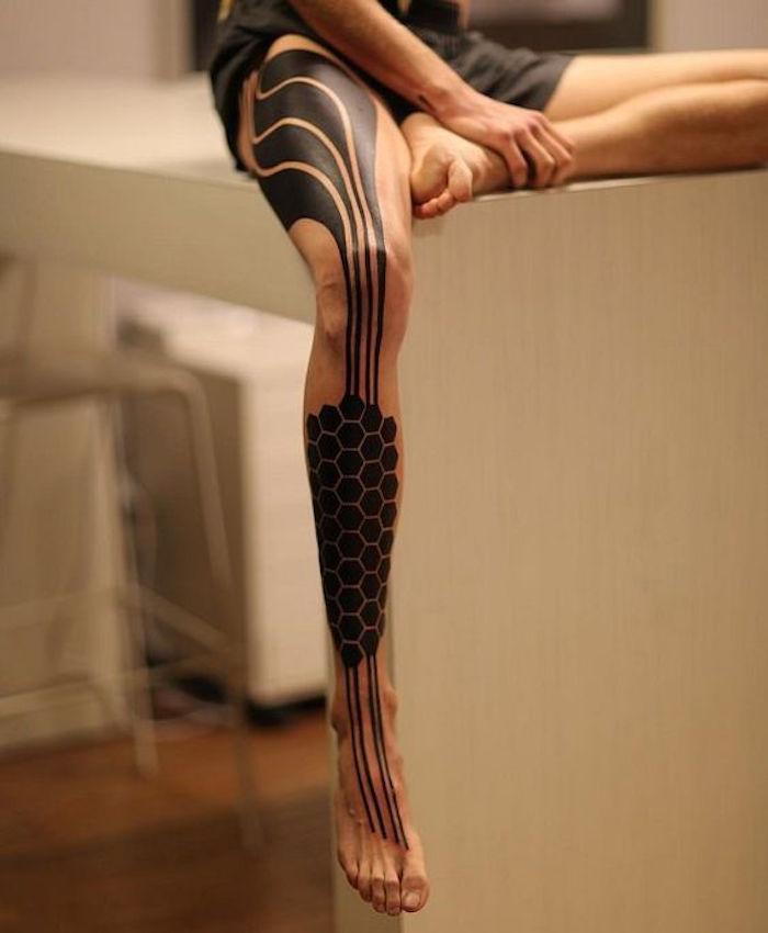 modele tatouage cuisse homme tattoo mollet tibia noir