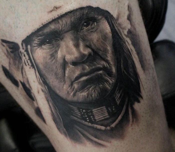 idée tatouage homme, dessin autochtone sur jambe masculine, visage homme amérindien au collier ethnique