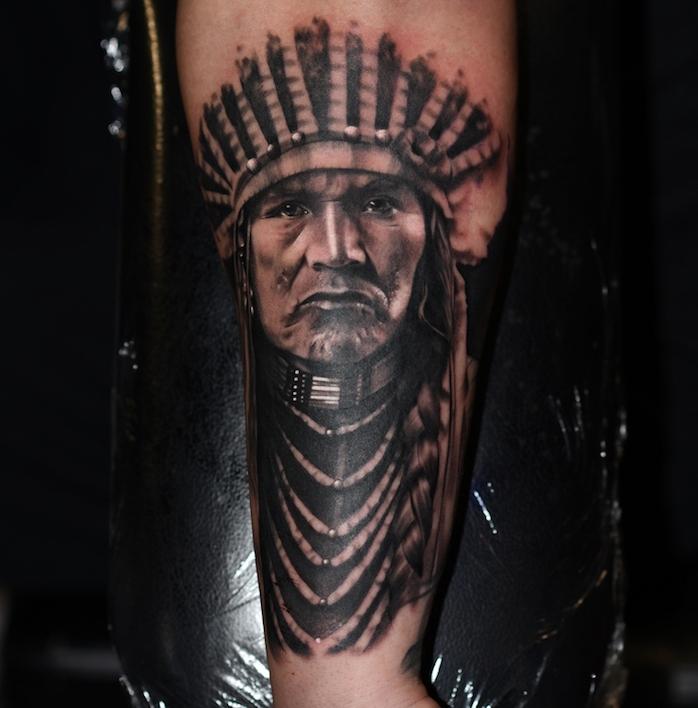 motif amérindien, tatouage à design visage d'homme autochtone avec bijoux ethniques