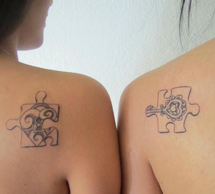 motif tatouage, art corporel en encre sur les épaules, tatouage à design amitié avec morceaux de puzzle
