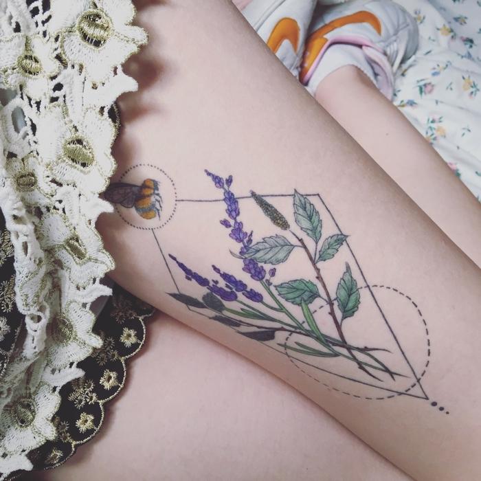 un tatouage geometrique délicat associant le motif floral et les lignes géométriques