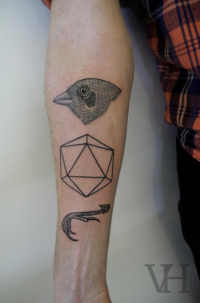 un tatouaga homme bras au design décomposé vertical représentant un diamant et un oiseau vorace