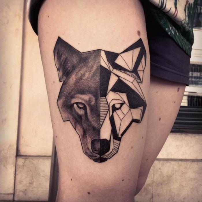 un tatouage graphique et géométrique de loup à deux faces sur la cuisse