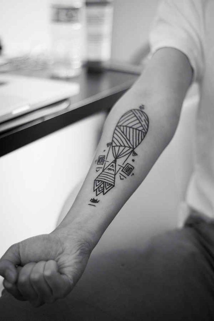 un tatouage linéaire montgolfière composes de lignes doroites et de nombreux triangles