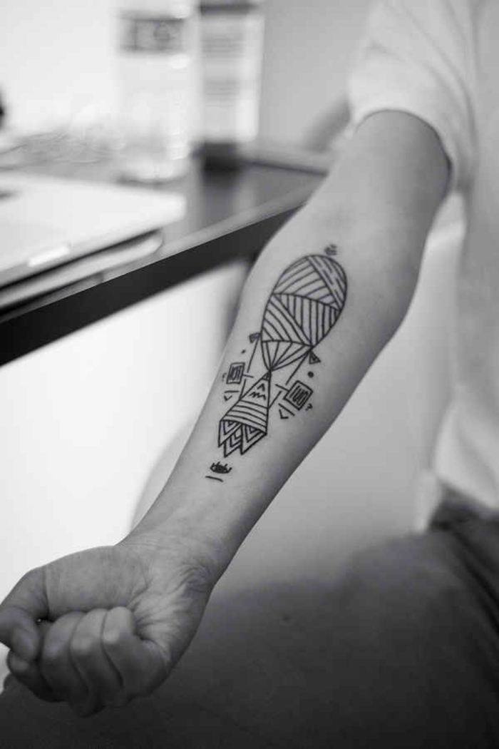 Tatouage bras homme simple - Tatouage trait bras ...