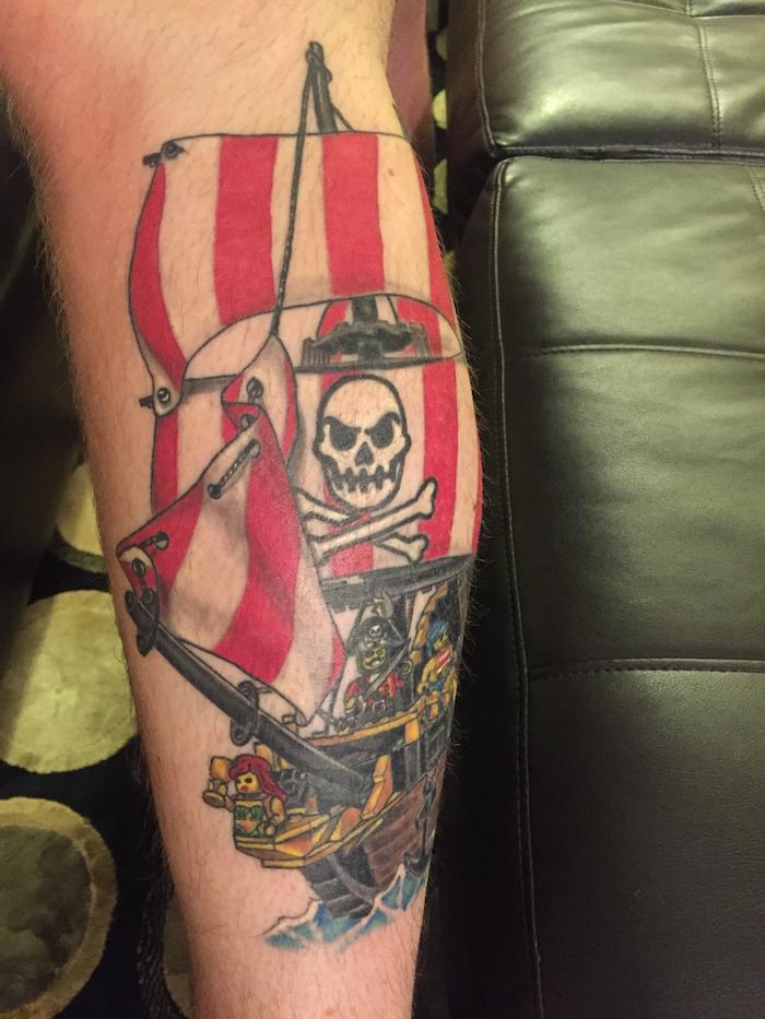 tatouage bateau pirate lego navire corsaire sur le mollet