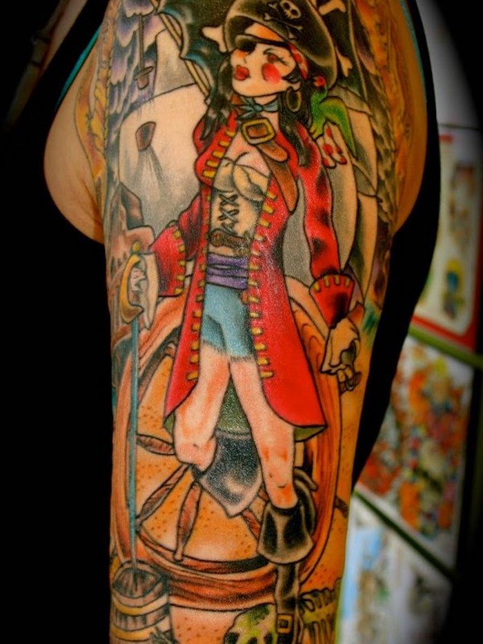 tatouage femme pirate et symboles marins sur bras