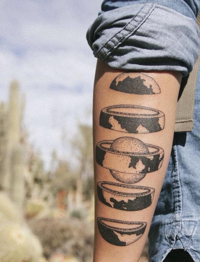 une représentation géométrique et fragmentée de la terre, tatouage graphique original sur l'avant-bras