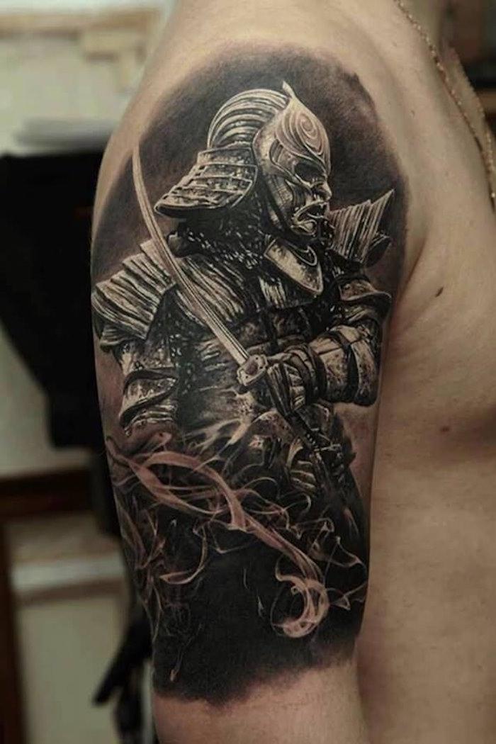 tatouages japonais masque samourai en armure sur lépaule