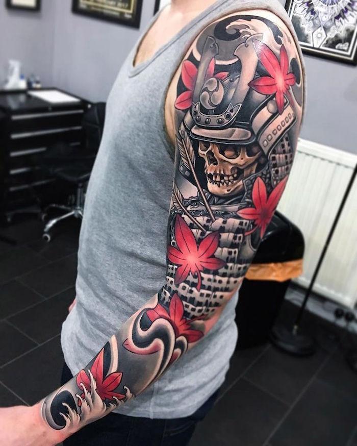 tatouage armure samourai et fleurs japon sur le bras entier